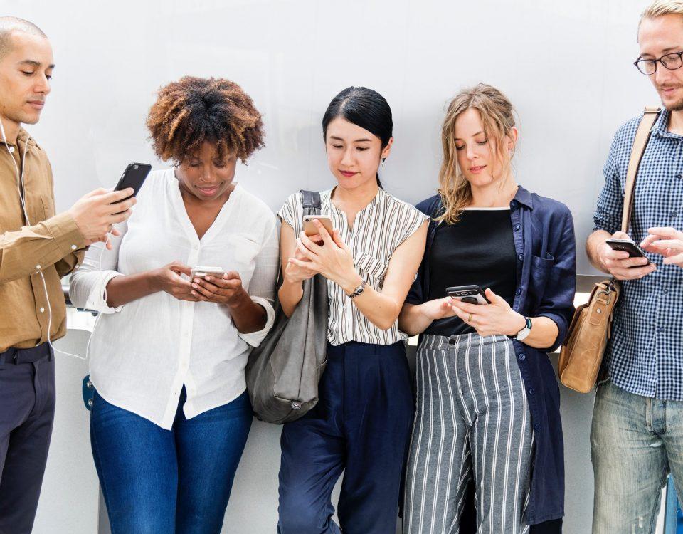 Ragazzi intenti a navigare sui Social